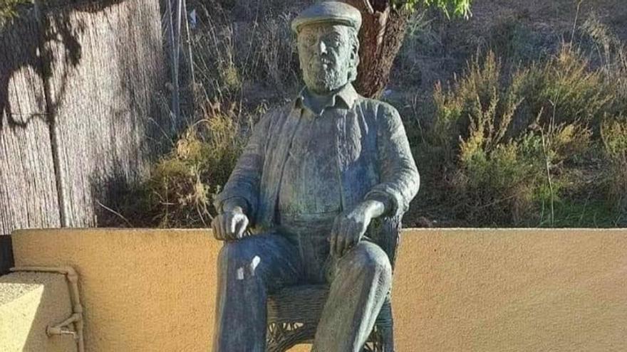 Roban la placa del monumento a Paco Rabal en Águilas