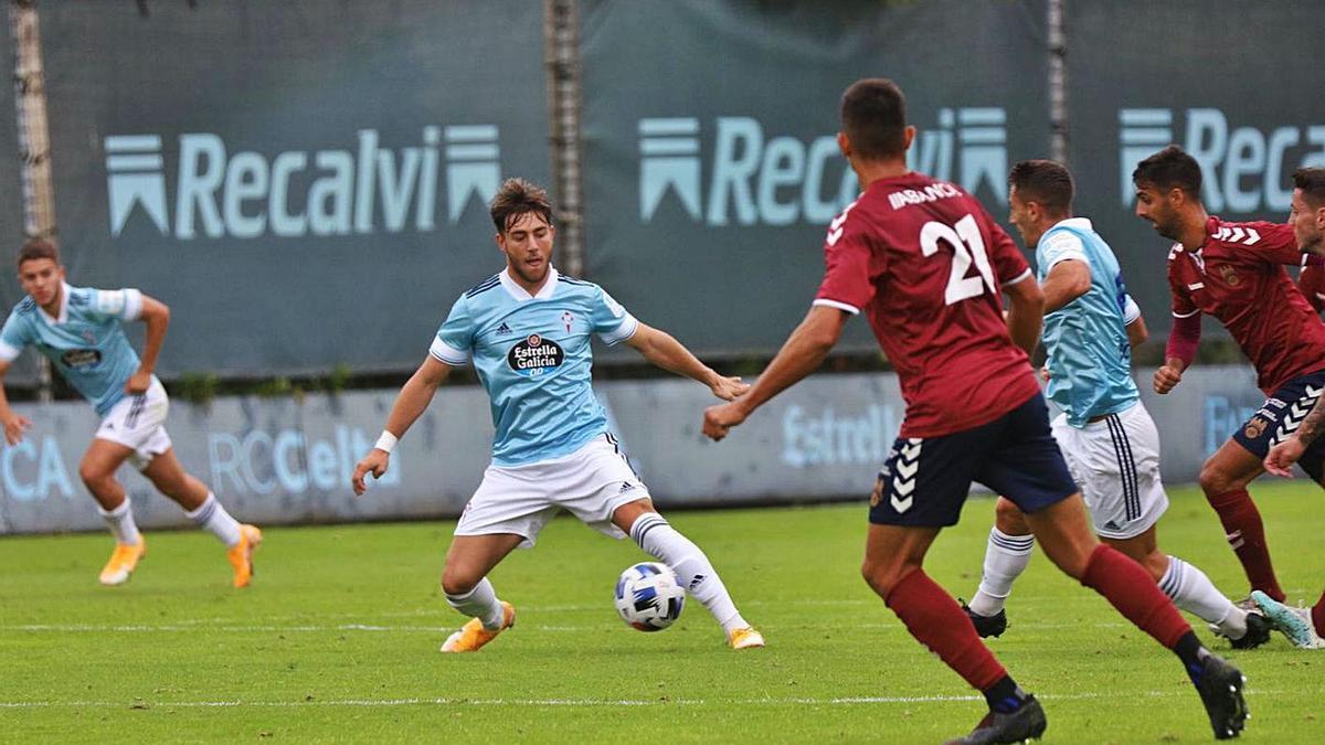 Iker Losada, en un partido amistoso ante el Pontevedra en Barreiro. |  // RCCV
