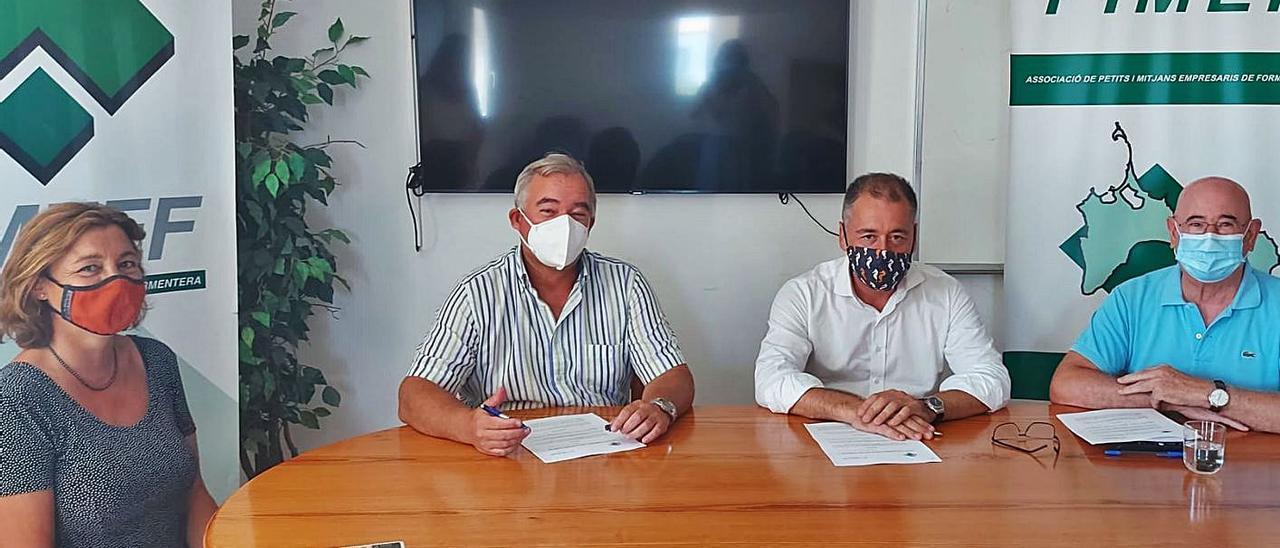 Responsables de Endesa y de la PIME de Formentera en la firma del convenio.   PIMEF