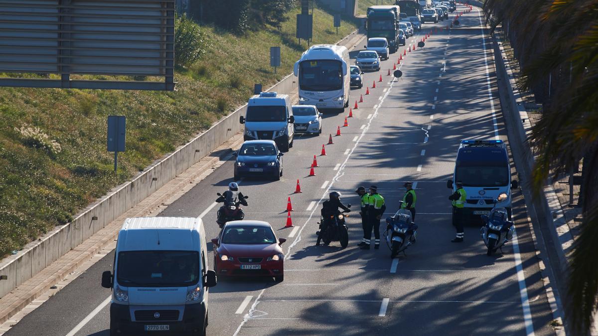 Control de movilidad en una carretera catalana.
