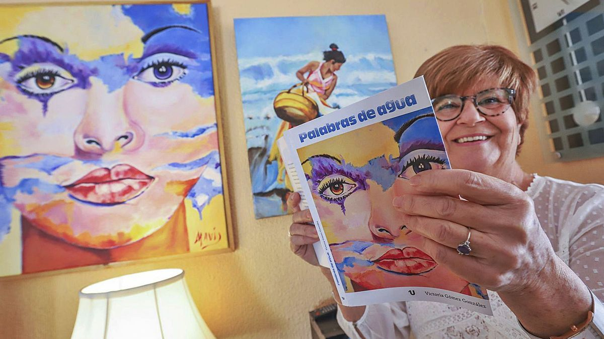 Mavi Gómez posa con un ejemplar de «Palabras de agua» en su casa de Dolores.