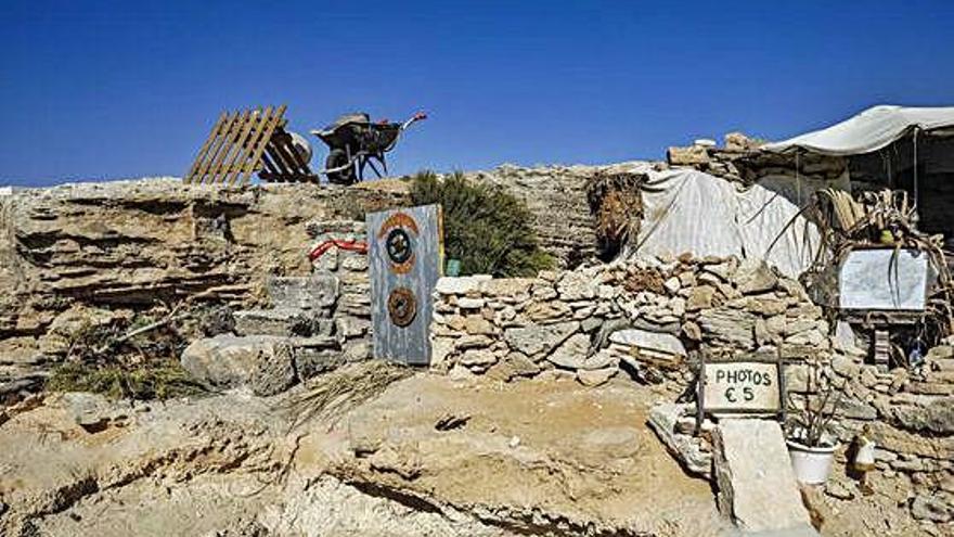 Mallorca Detenen un home per construir-se una casa en una cova
