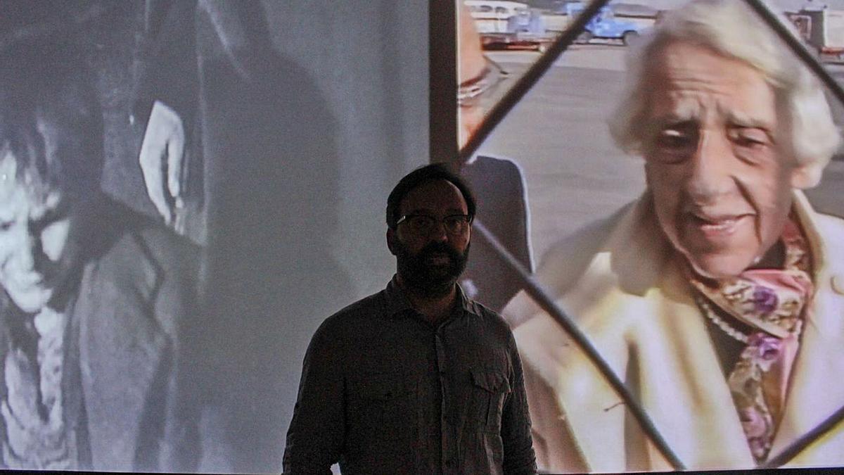 """José Manuel Mouriño, ante la muestra """"El método de los claros"""", en el Antiguo Instituto de Gijón.   Ulises Arce"""