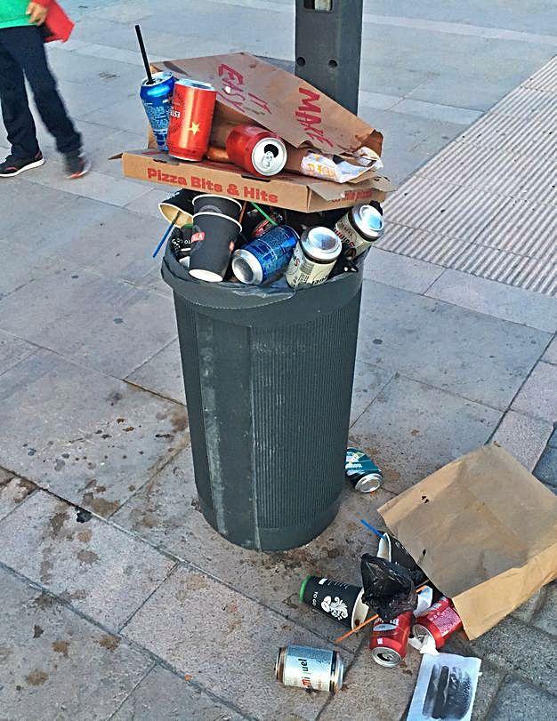 El fin de semana deja papeleras desbordadas en el paseo de El Molinar | P.G.