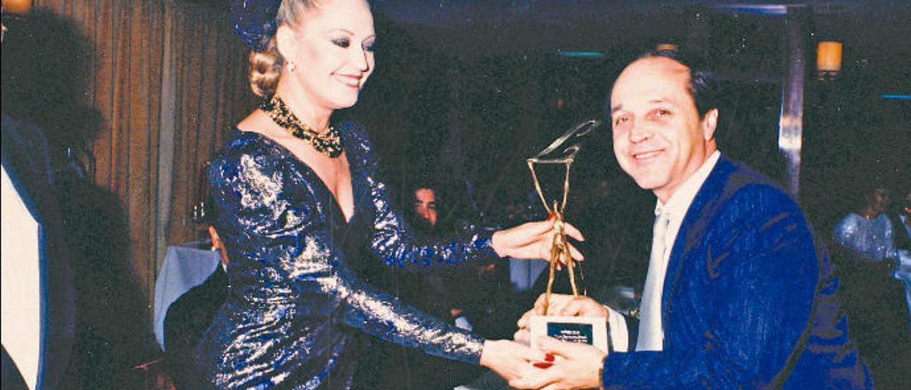 El cocinero José Luján con un premio nacional de gastronomía junto a la actriz argentina Analía Gadé.