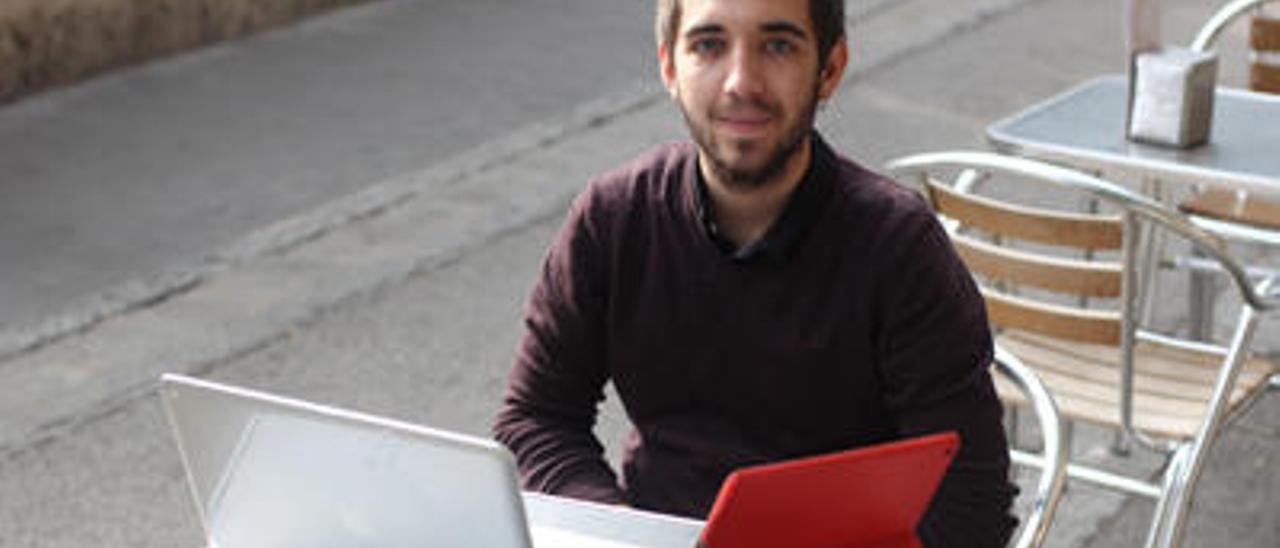 Fernando gestiona las redes sociales de Compromís-Podem.
