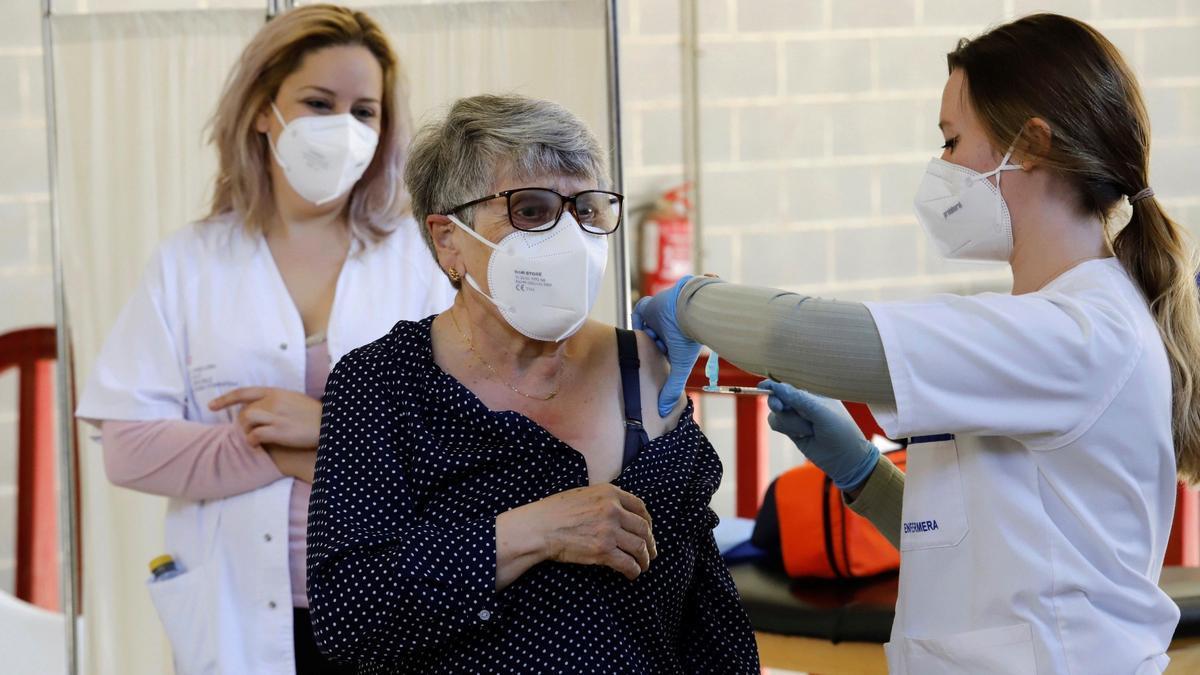 Una mujer recibe la vacuna contra la covid en Murcia