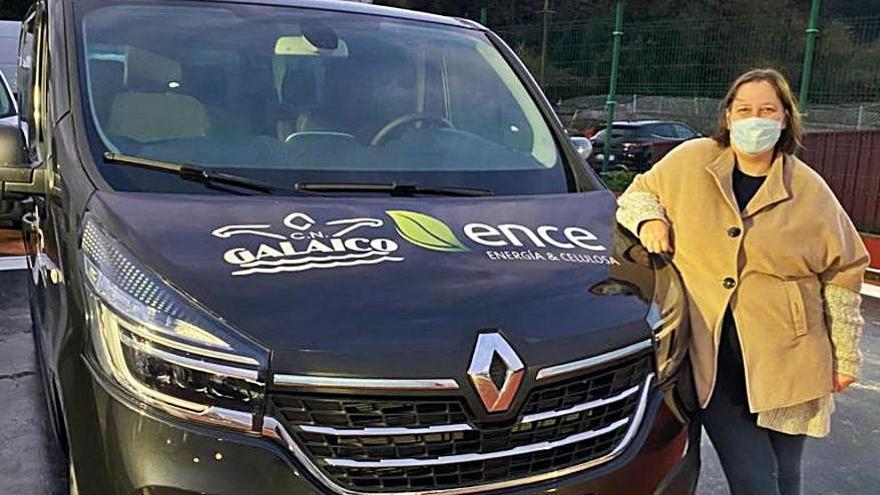 El Club Galaico recibe una furgoneta para sus viajes