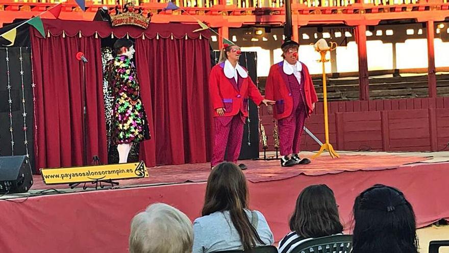 Un espectáculo circense anima a los más pequeños
