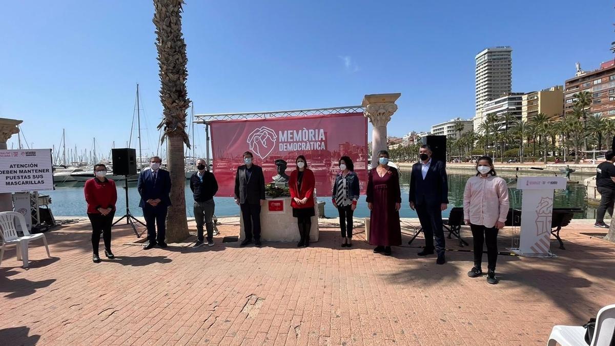 Imagen de un momento del acto de homenaje a las víctimas de la Guerra Civil y la Dictadura celebrado en el puerto de Alicante.