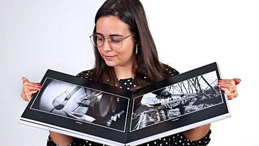 Cristina Zamorano Prieto muestra las fotografías sobre el papel de las manos en determinadas profesiones.