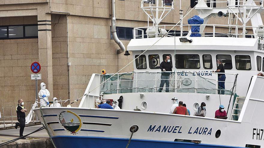"""Sanidad confirma 7 positivos en el """"Manuel Laura"""" y 9 marinos quedan confinados en el barco en Vigo"""