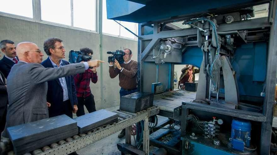 Feijóo destaca la internacionalización del sector de la pizarra en Valdeorras