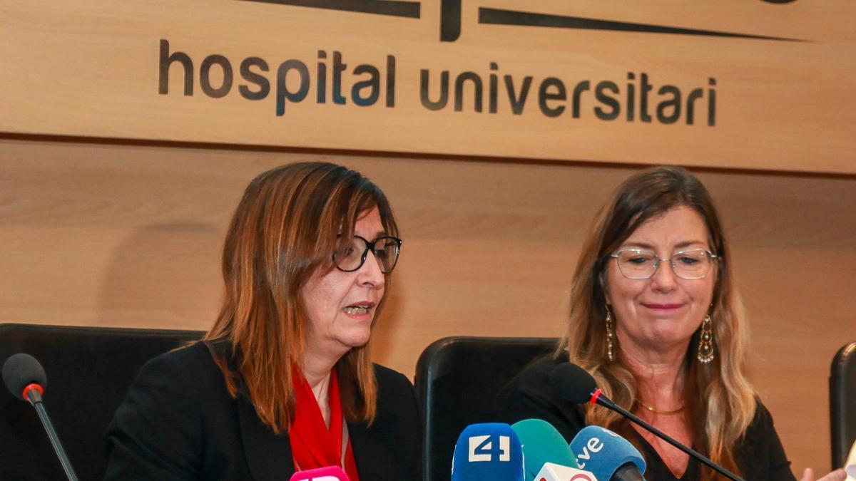 La consellera Gómez ha tenido que defender a su directora general, Maria Antònia Font, en la imagen en un acto en Son Espases.