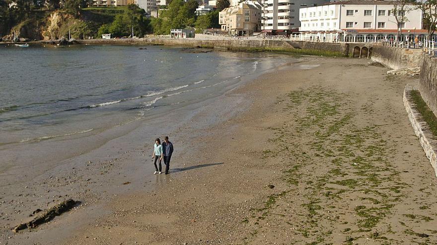 """La playa de Santa Cruz logra el """"suficiente"""" tras casi una década desaconsejada al baño"""