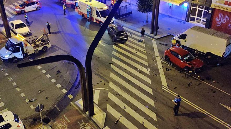 Dos heridos tras una brutal colisión en la avenida Constitución