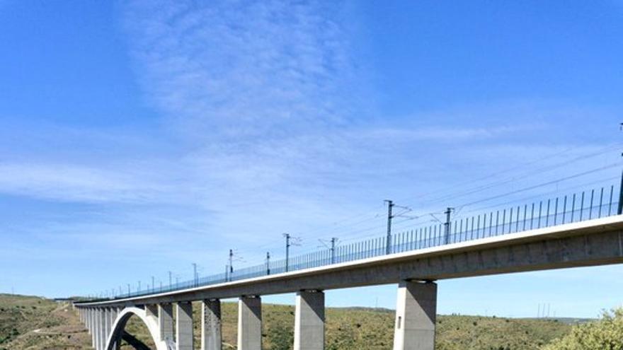 Nuevo Viaducto del AVE sobre el río Almonte