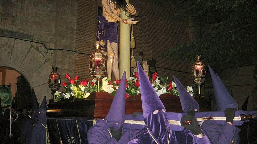 Cofrades portan a hombros la imagen del Santo Ecce Homo al que la revista dedica dos artículos.