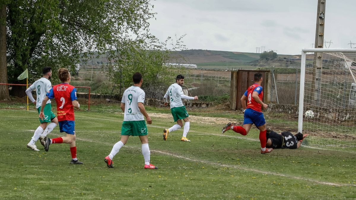 Chemi marca el primer gol del Coreses.