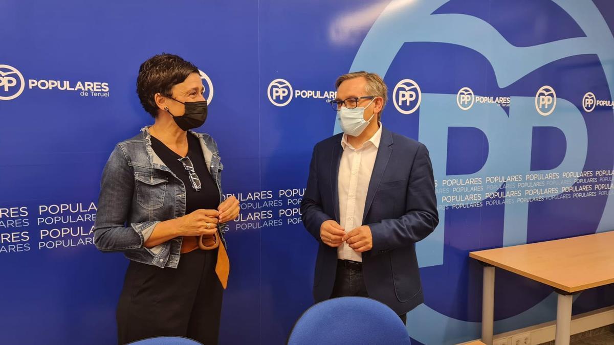 La Diputada Del PP Portavoz De Sanidad En Las Cortes De Aragón, Ana Marín, Y El Presidente Provincial Del Partido Popular En Teruel, Joaquín Juste.