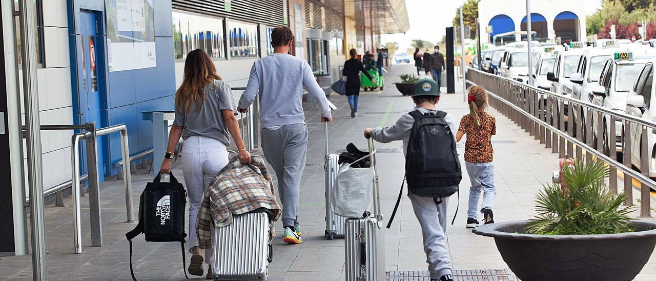 Los turistas aún llegan  con cuentagotas al  aeropuerto de Eivissa.  v.M