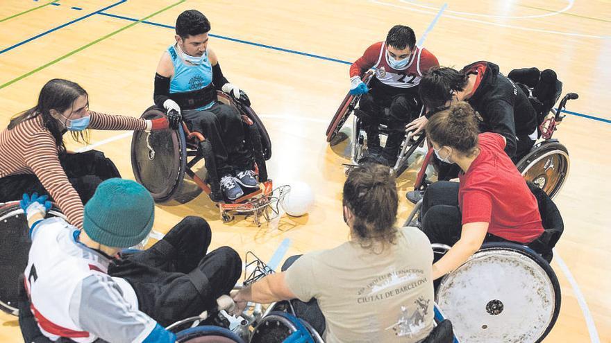 Quatre equips juguen a rugbi per superar els límits de la cadira de rodes