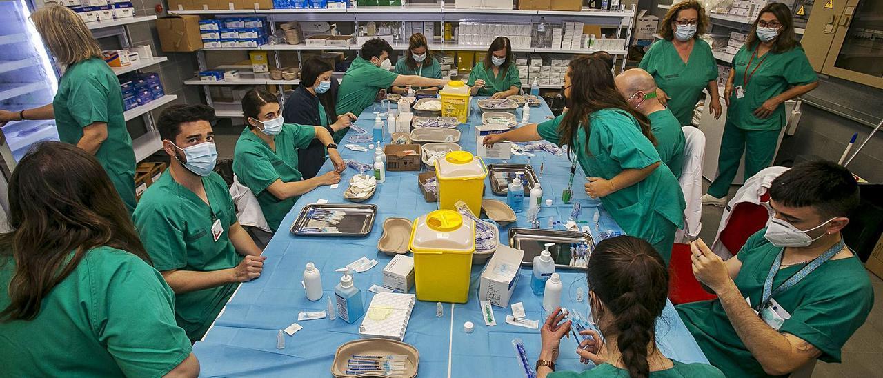 Personal de Enfermería prepara las dosis necesarias para vacunar en las instalaciones de Ciudad de la Luz.