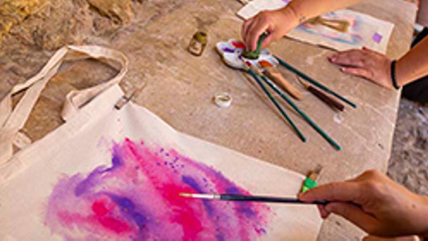Visita a Dalt Vila i taller de pintura sobre tela