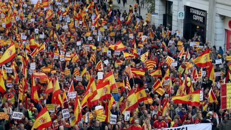 Unes 12.000 persones es manifesten a Barcelona en defensa de la Constitució