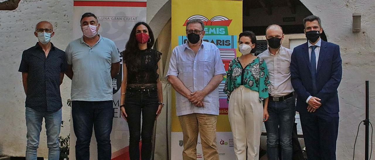 Els tres guanyadors, a l'esquerra, amb les autoritats municipals i de la cultura.   L-EMV