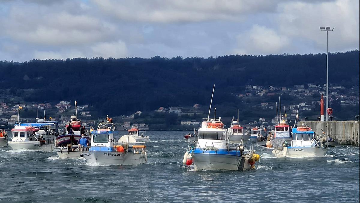 Un aspecto de la movilización de la flota artesanal, ayer, en la ría de Pontevedra - Santos Álvarez (2).jpg