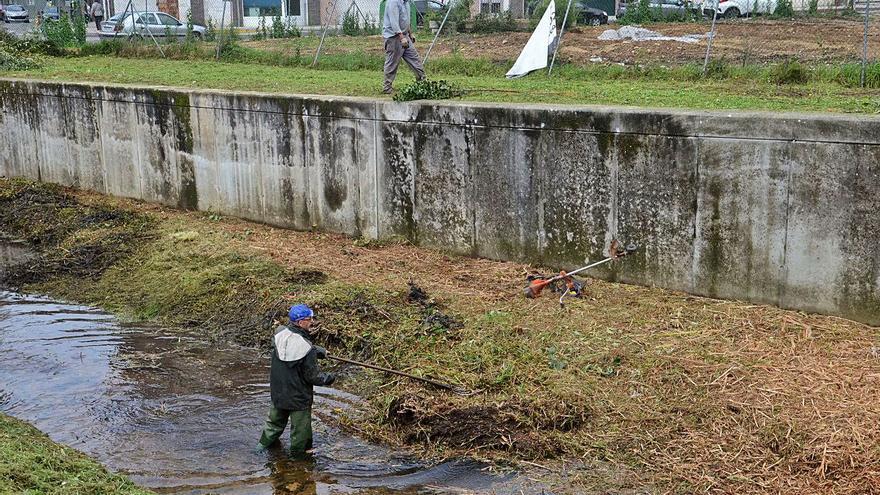 Desbrozan el entorno del río de O Con para evitar inundaciones