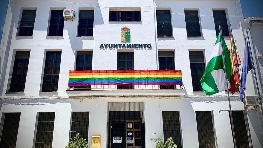 Los vecinos de Villanueva de Algaidas llenan sus balcones de banderas LGTBI