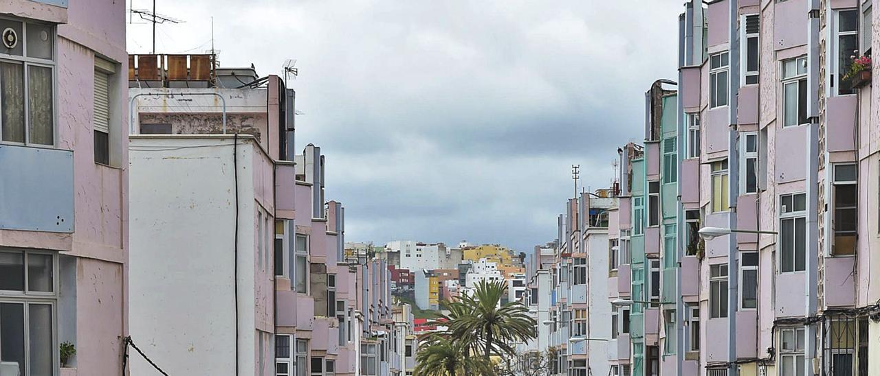 Vista de la calle Santa Luisa de Marillac, en Las Rehoyas, se trata de la zona de la capital con el mayor riesgo de mortalidad. | | ANDRÉS CRUZ