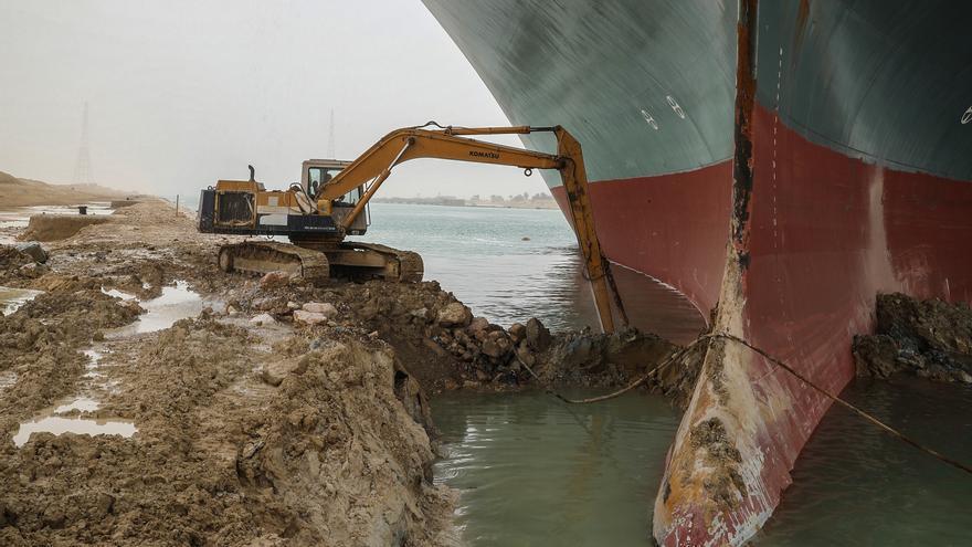 Continúan los esfuerzos para desencallar al buque en el canal de Suez que amenaza el comercio internacional