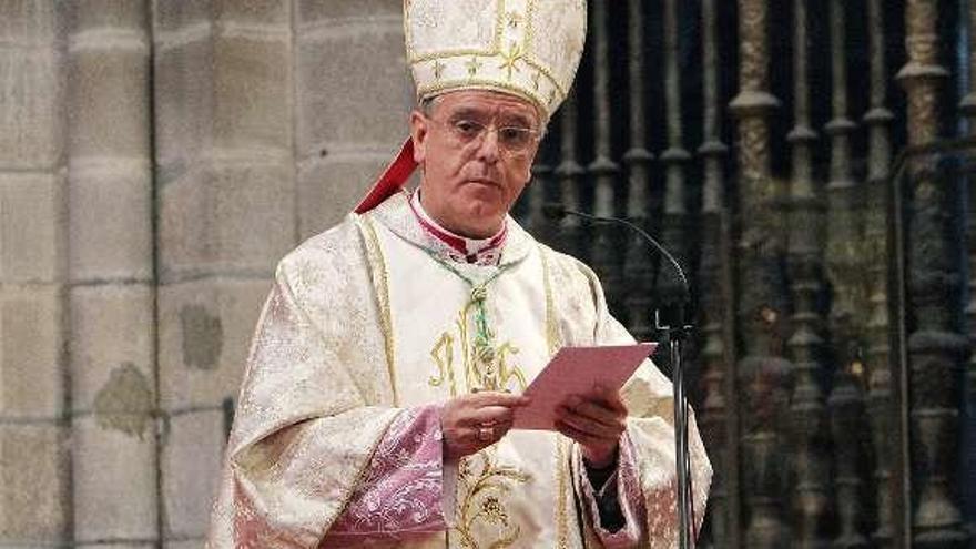 """El obispo oficia la misa de Ramos en una catedral """"repleta de bancos vacíos"""""""
