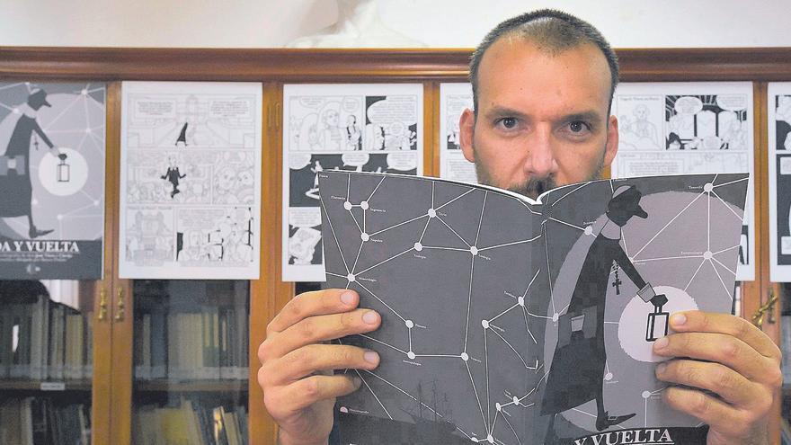 Rayco Pulico sujeta su libro, en la Real Sociedad Económica de Amigos del País de Gran Canaria (RSEAPGC).