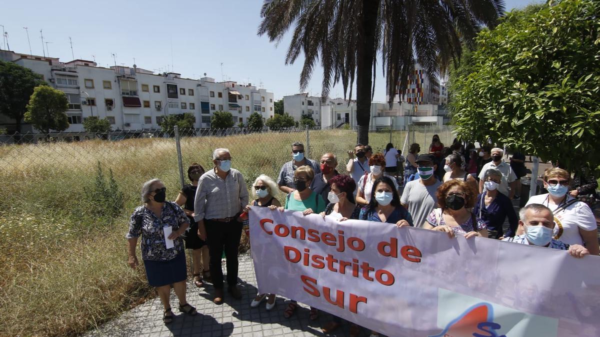 Concentración de vecinos del distrito sur de Córdoba, este viernes.