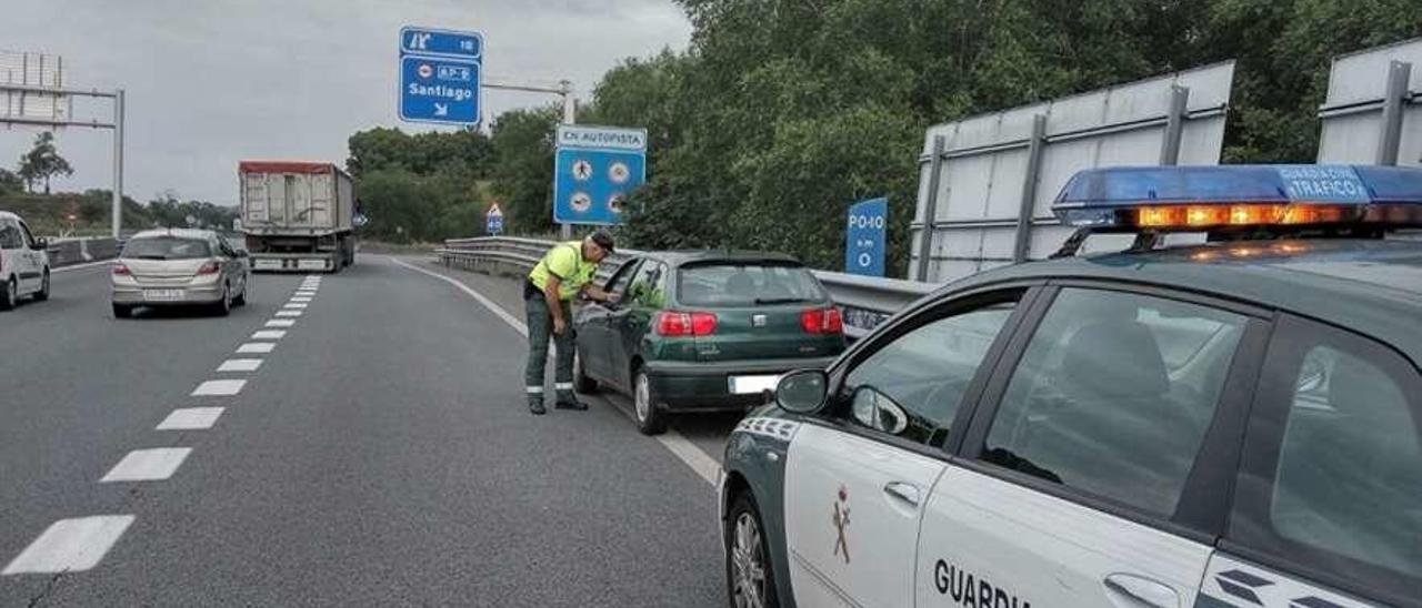 Agentes de Tráfico identifican en Pontevedra a un septuagenario que iba en sentido contrario. // FdV