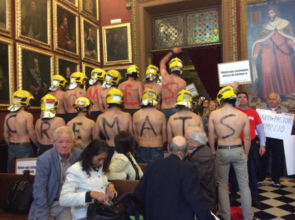 Protesta de los Bomberos de Palma en el pleno del Ayuntamiento de Palma