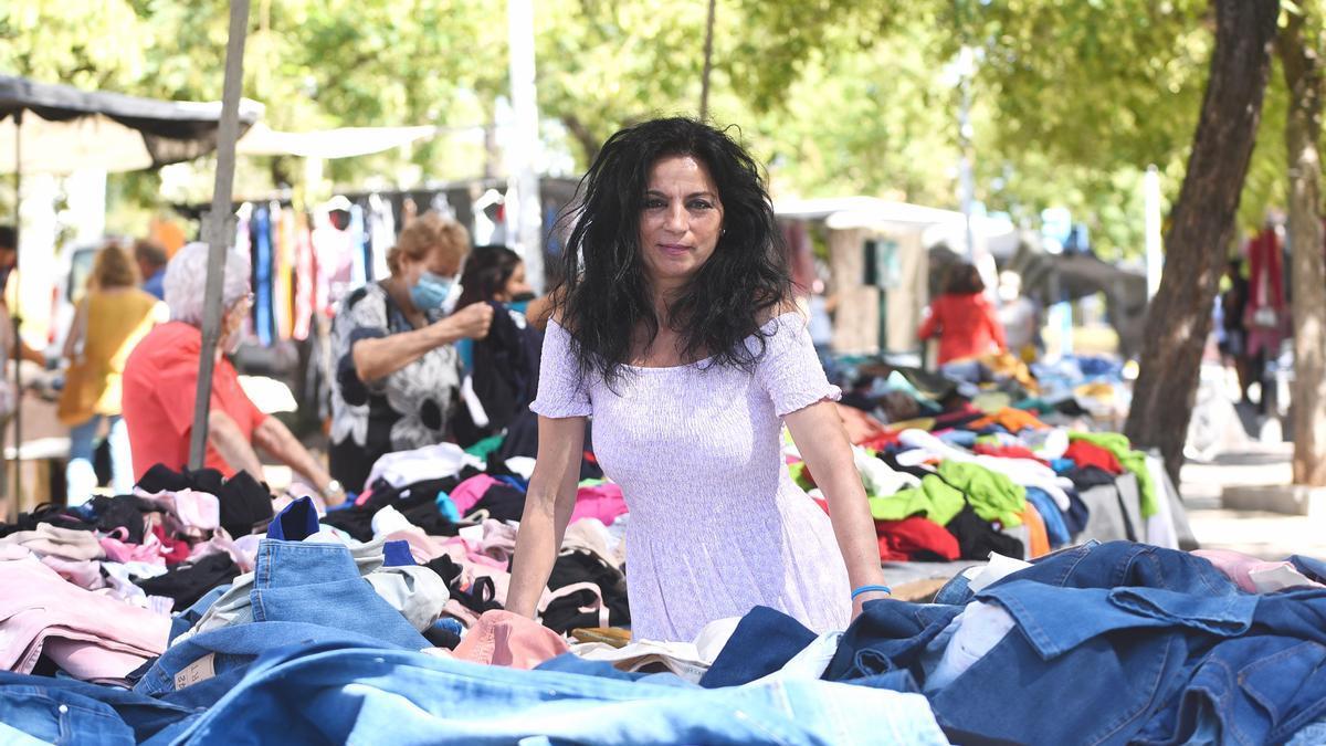 Carmen Santiago, en el mercadillo de La Ladera, donde trabaja.