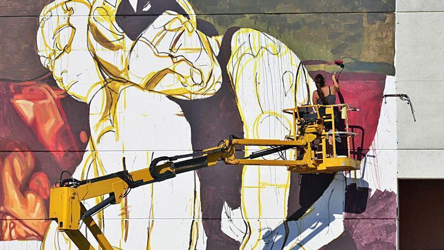 La artista Milu Correch diseña un gran mural en Bueu contra la violencia machista