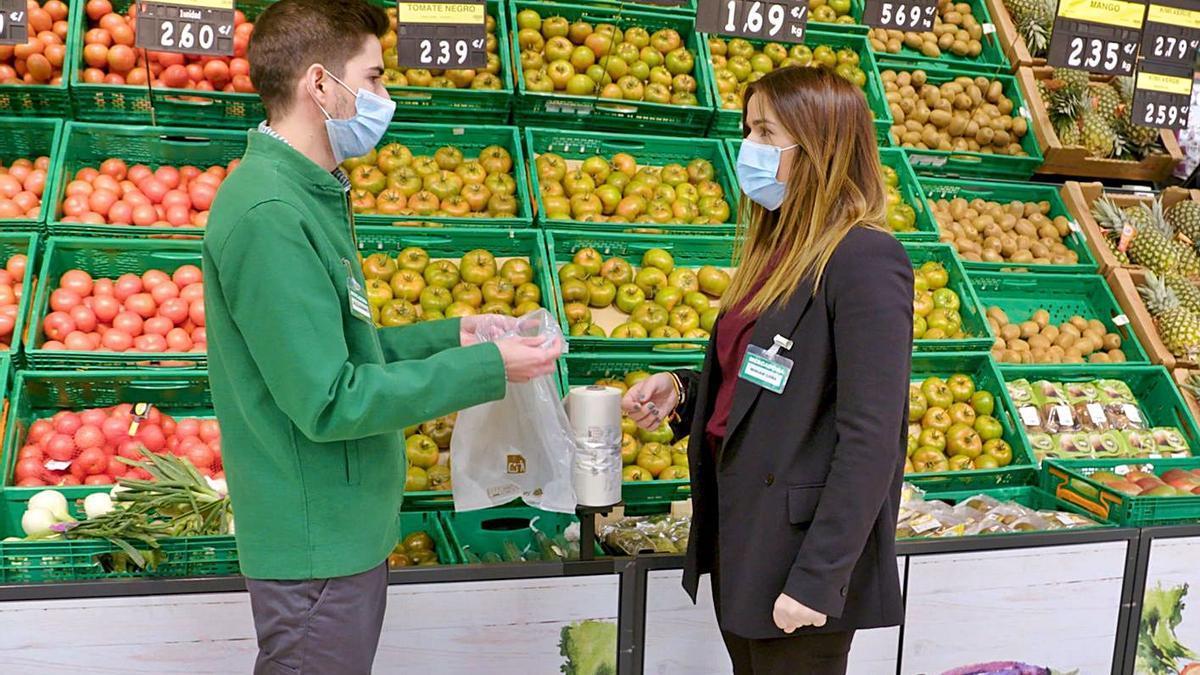 Dos trabajadores de Mercadona manipulan las nuevas bolsas sostenibles.