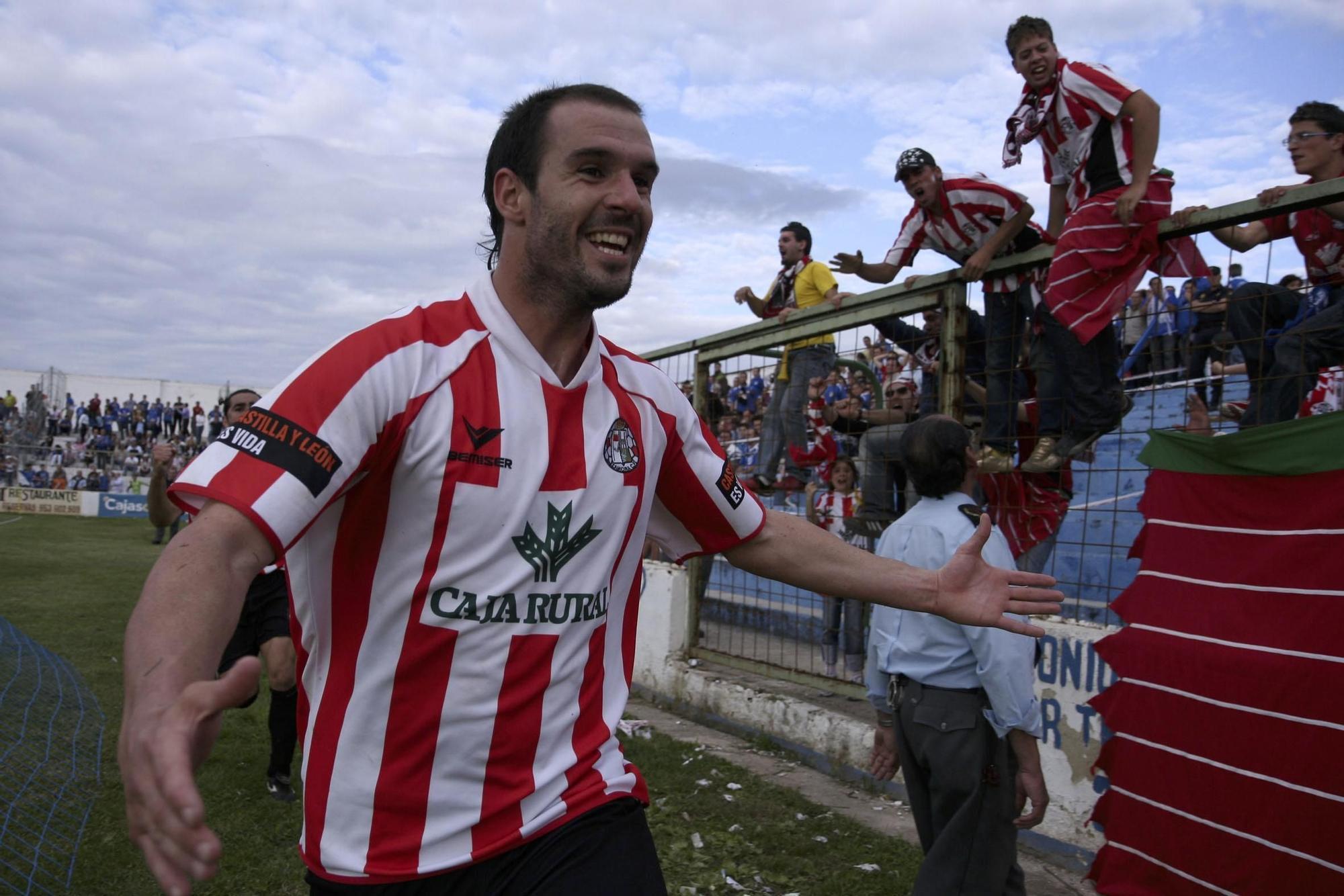 8. Senel acude a festejar con la afición tras el final del partido en Linarejos.
