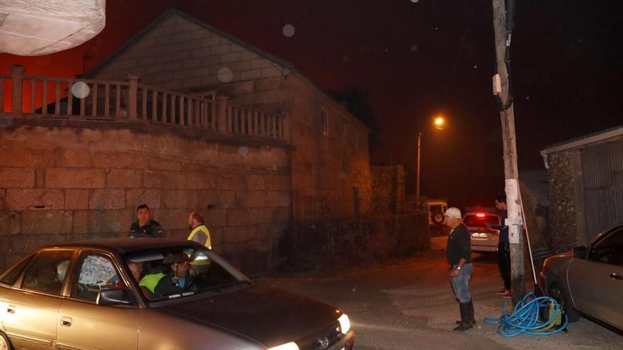 Un voraz incendio obliga a desalojar a medio centenar de vecinos en Mondariz