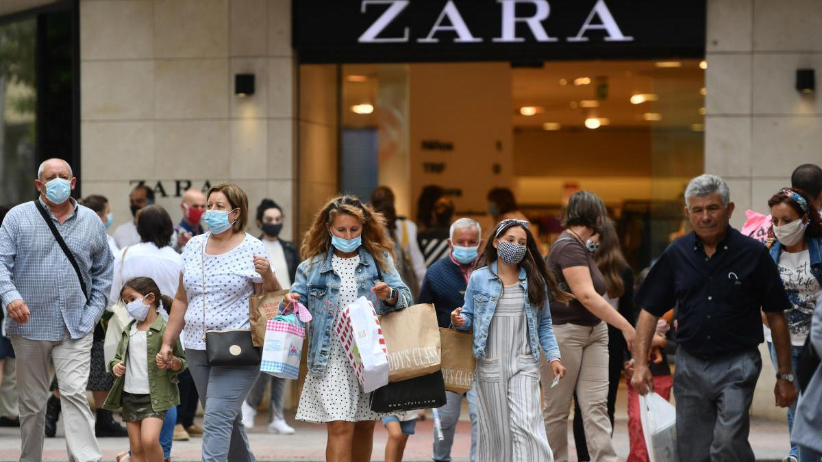 Personas de compras por Benito Corbal. // G. Santos