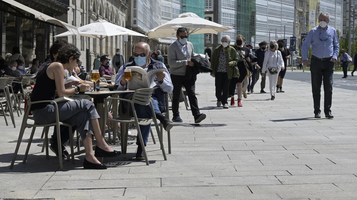Un grupo de personas charla en un local de hostelería de A Coruña.