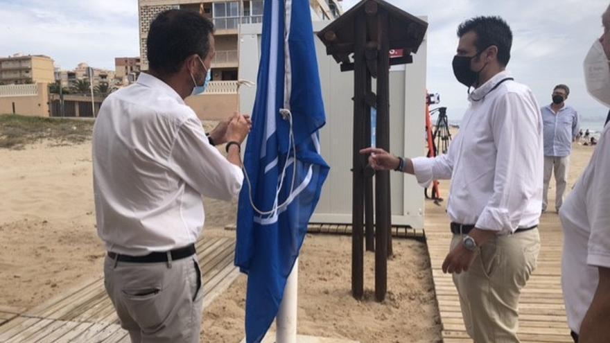 Elche iza las banderas azules en las playas con los servicios aún a medias