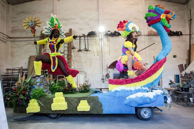 Preparación de las carrozas para la Batalla de Flores