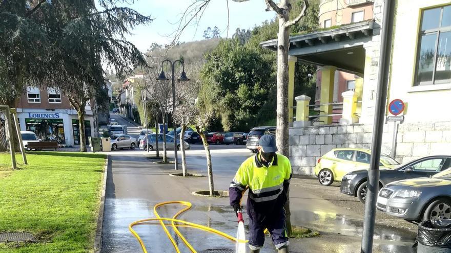 Pravia incrementa la limpieza viaria con baldeos y una hidrolimpiadora